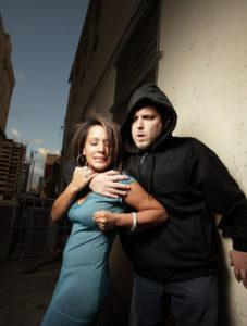 Frau wird angegriffen